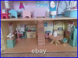 Le toy van Wisteria House. Wooden Dolls House With Dolls and furniture. Boxed